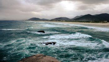 """Para além das praias, confira as melhores trilhas para explorar a """"Ilha da Magia"""""""