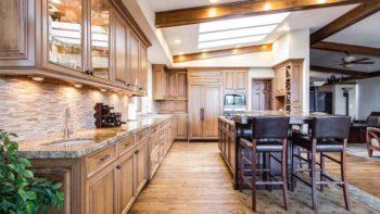 Balcão na cozinha: como adicionar e ainda ganhar espaço
