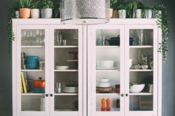 Como decorar e o que guardar na cristaleira